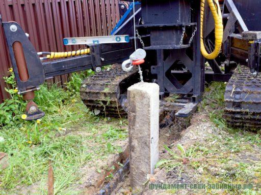 Сваебойная машина забивает ЖБ сваи длиной от 2 до 5 метров сечением 150х150 и 200х200 мм