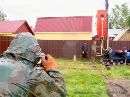Забивка фундамента на ЖБ сваях - бригада с приборами высокой точности производит монтаж